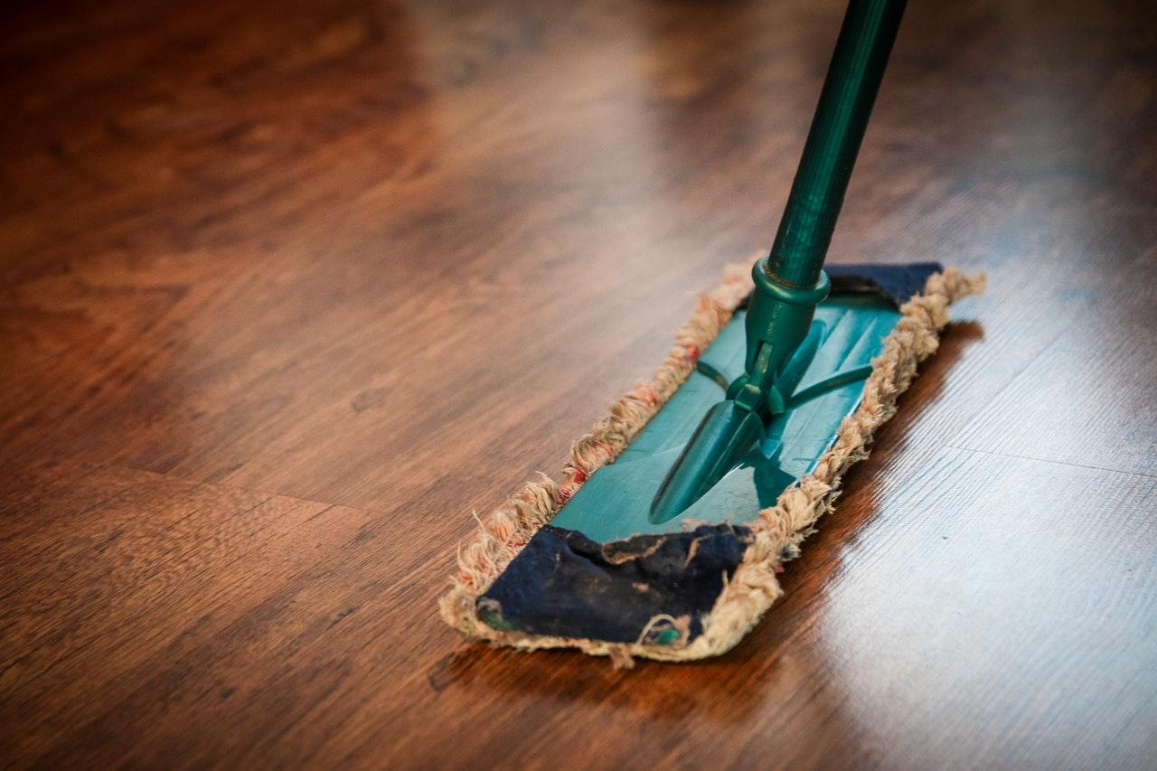 Bersihkan Lantai dengan Campuran Cairan Pemutih