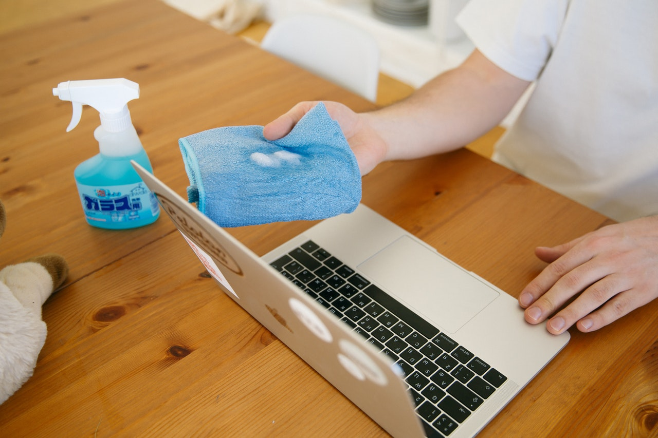 Bersihkan Permukaan Benda Menggunakan Semprotan Desinfektan